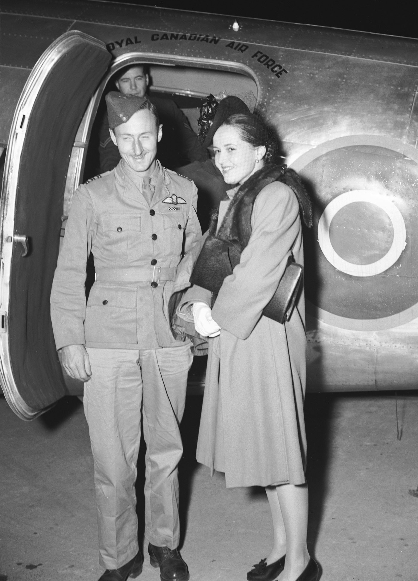 Le lieutenant-colonel d'aviation Len Birchall et madame Birchall à l'aéroport de Rockcliffe, près d'Ottawa, le 9 octobre 1945. PHOTO : Archives du MDN, PL-37202