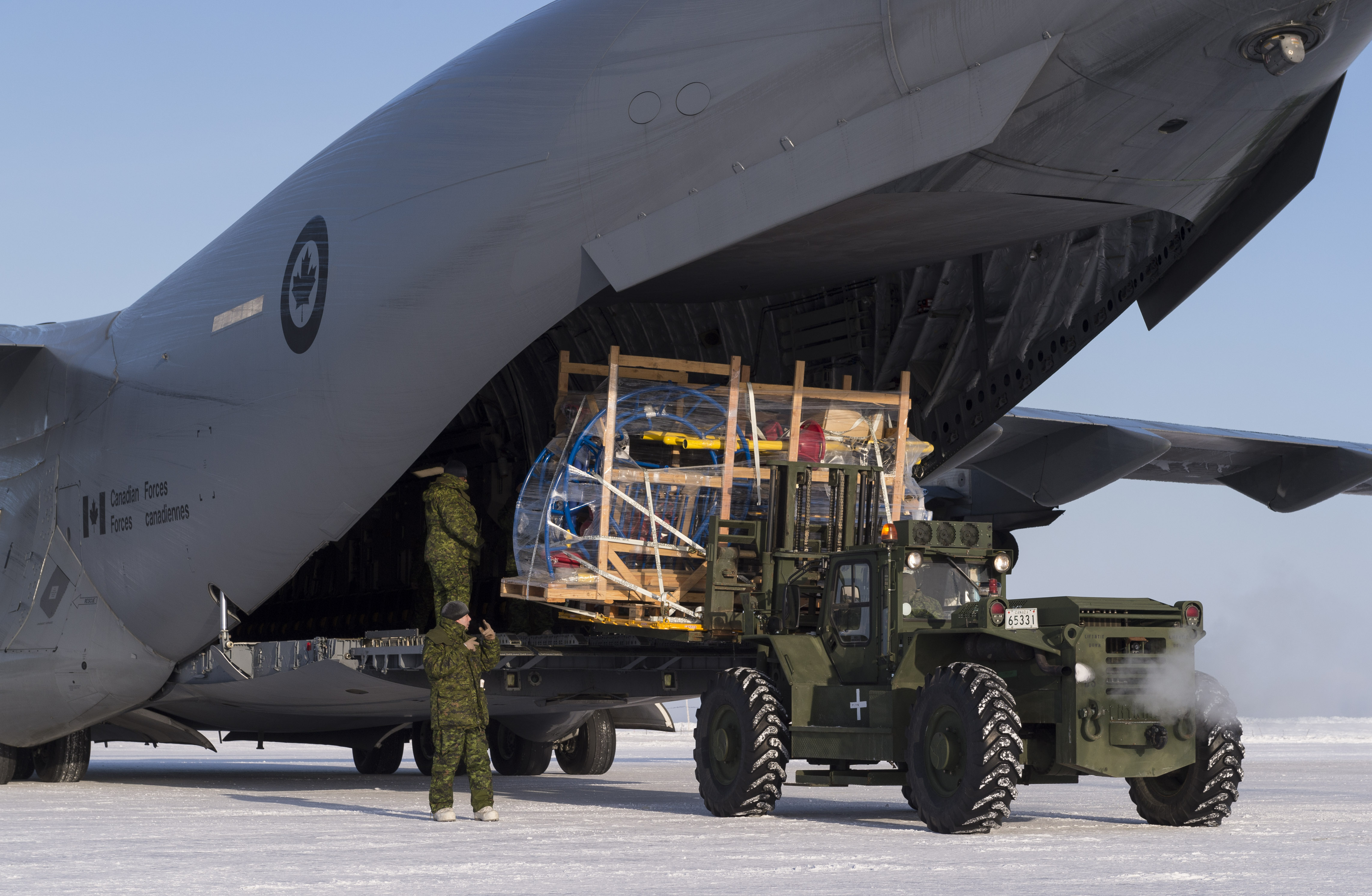 Playground parts for the local community are unloaded from a CC-177 Globemaster aircraft in Hall Beach, Nunavut, on March 3, 2017, during Operation Nunalivut. PHOTO: Sergeant Jean-François Lauzé, PA01-2017-0054-094