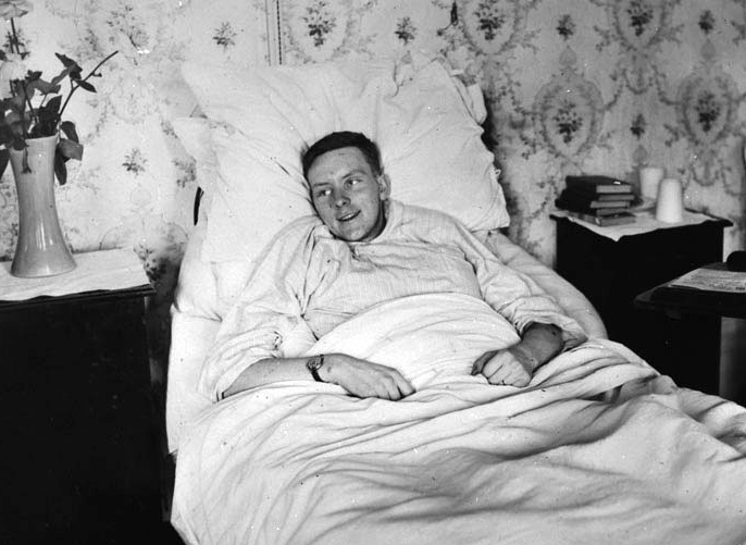 Second Lieutenant Alan McLeod, VC recuperates from his injuries. PHOTO: LAC MIKAN 3219066