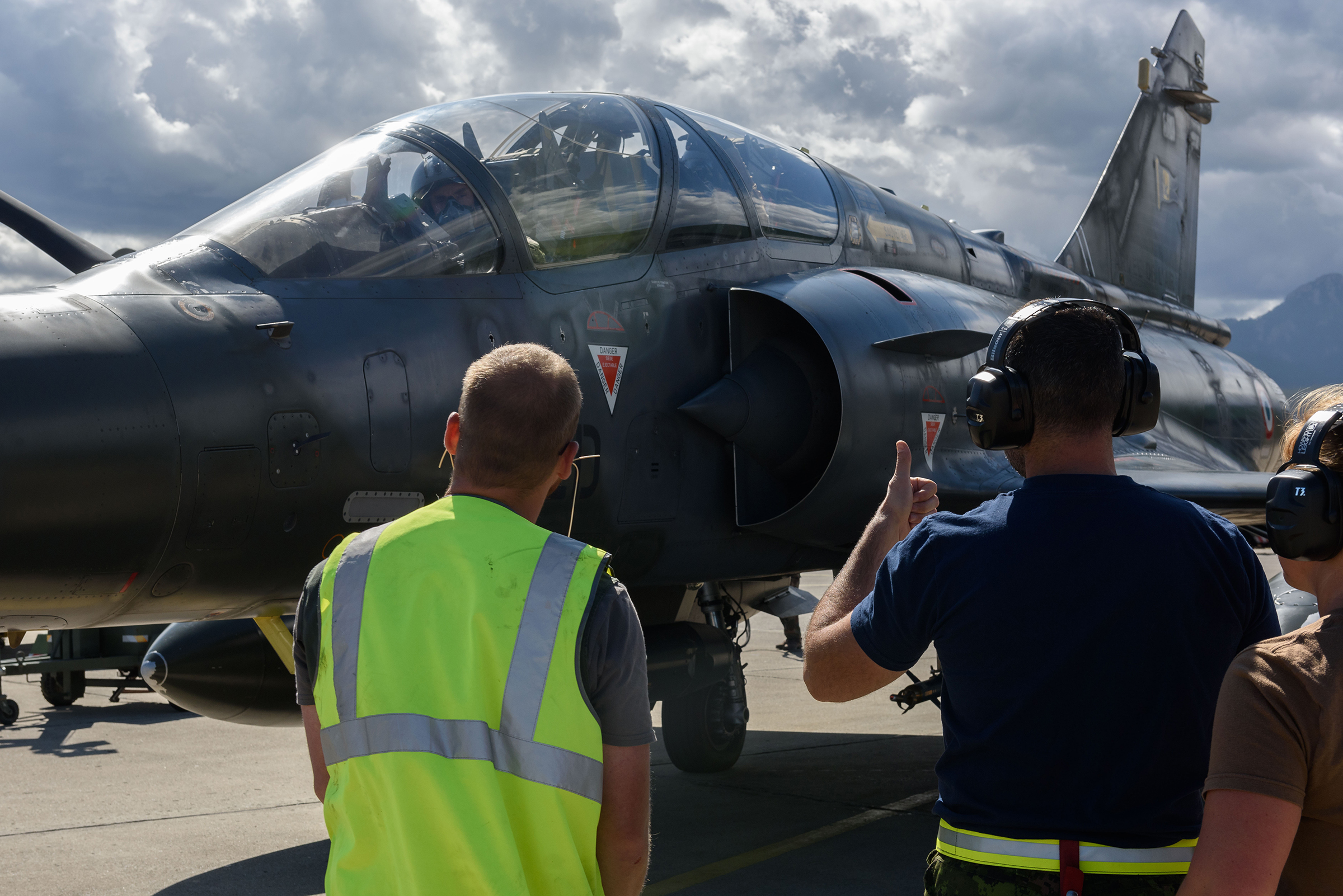 On September 20, 2017, Sergeant Sébastien Fohney of the French Air Force (left) introduces Corporal David Simard of the Royal Canadian Air Force to start-up procedures for a Mirage 2000 fighter aircraft during SERPENTEX 2017 in Corsica. PHOTO: Master Corporal Louis Brunet, BN53-2017-0003-006