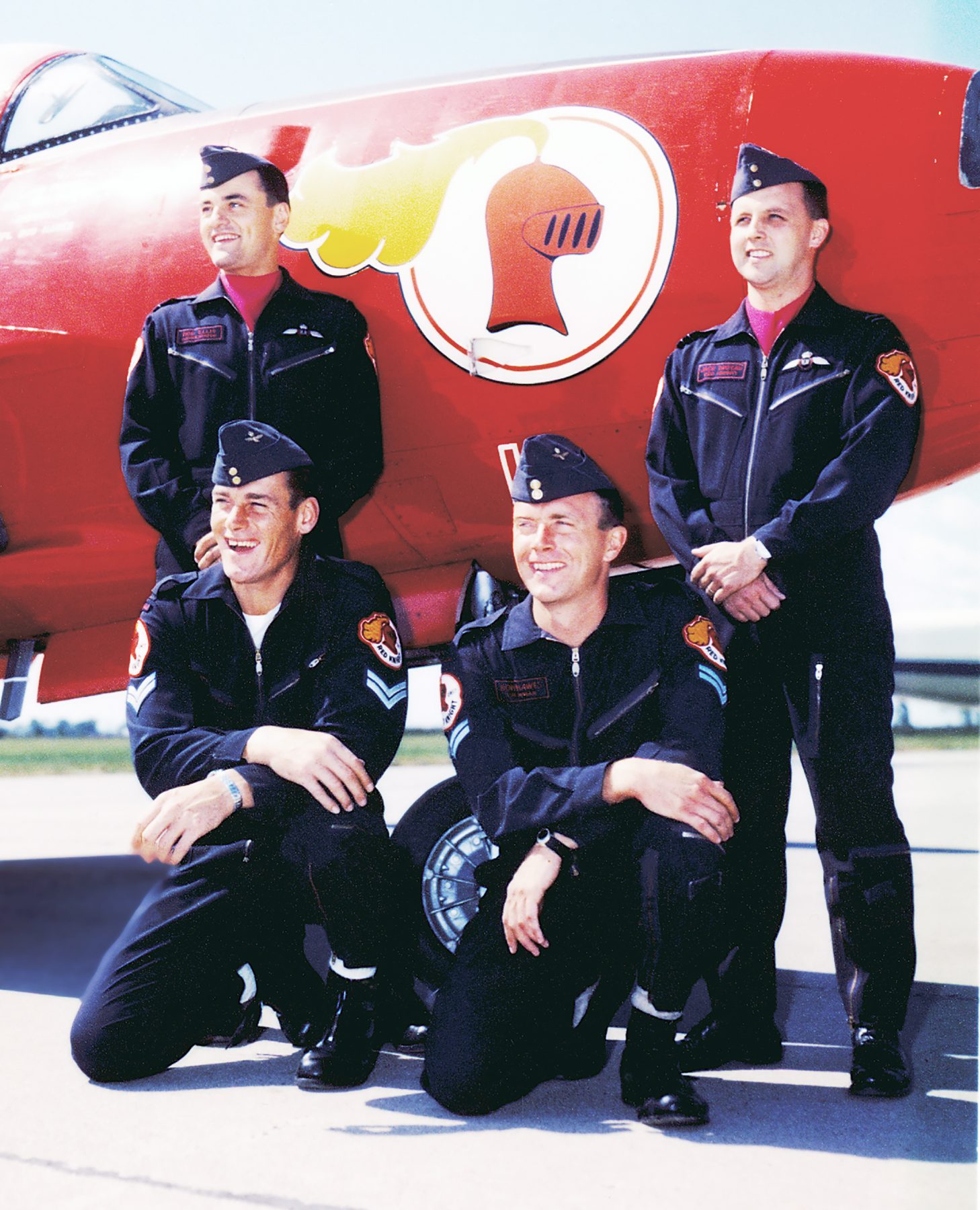 La version centenaire de la formation du Red Knight. À l'avant, on voit le caporal Vince Kavic et le caporal Bob Hawes, et derrière se trouvent le lieutenant d'aviation Rod Ellis et le capitaine d'aviation Jack Waters. PHOTO : Offerte par le lieutenant-colonel (retraité) Dan Dempsey