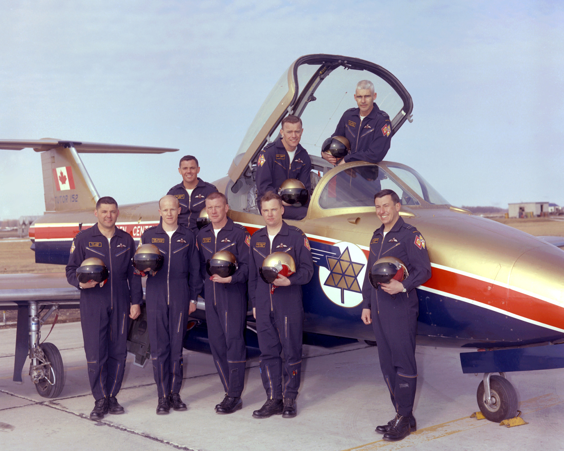 L'équipe des pilotes de Tutor des Paladins du Centenaire à Portage la Prairie, au Manitoba, le 6 avril 1967. À l'avant, à partir de la gauche, se trouvent le commandant d'aviation Clarence Lang, le capitaine d'aviation Tom Hinton, le capitaine d'aviation Red Dagenais, le capitaine d'aviation John Swallow et le capitaine d'aviation Bill Slaughter. À l'arrière, à partir de la gauche, on voit le lieutenant d'aviation Jim McKay, le capitaine d'aviation Russ Bennett et le capitaine d'aviation B.K. Doyle. Les capitaines d'aviation Bennett et Doyle ont reçu le grade de commandant d'aviation avant le début de la saison de spectacles. PHOTO : Archives du MDN, WG67-104-3