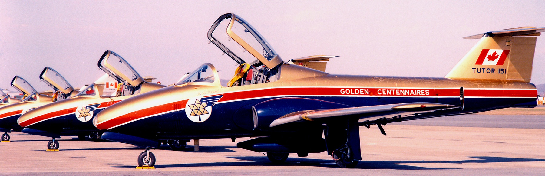 Les CT-114 Tutor des Paladins arborent une palette de couleurs conçue par le lieutenant d'aviation Geoff Bennet à l'époque où il travaillait au quartier général du Commandement de l'instruction à Winnipeg, au Manitoba. PHOTO : Offerte par le lieutenant-colonel (retraité) Dan Dempsey