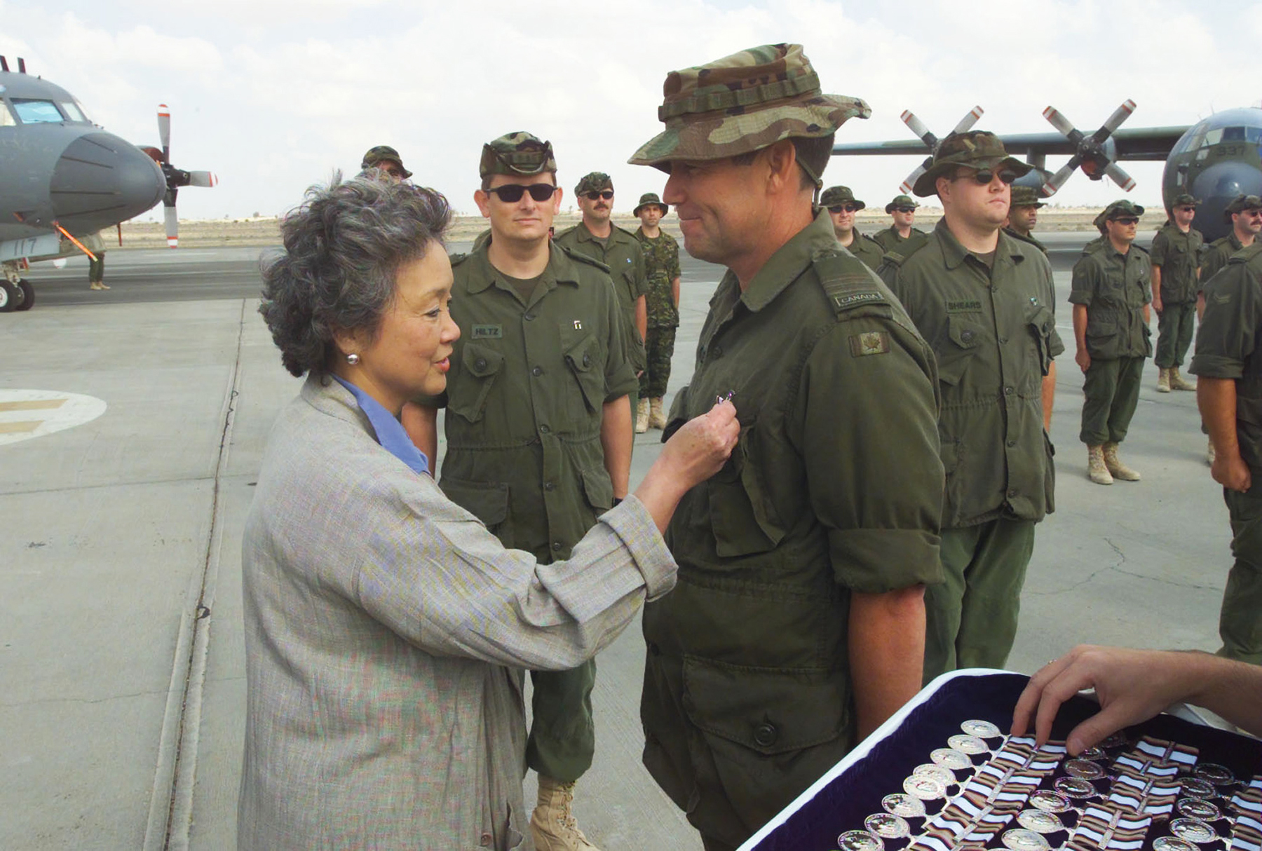 On December 26, 2002, Governor General and Commander-in-Chief of Canada Adrienne Clarkson presents Major David O'Brien, of the long-range patrol detachment, with the South West Asia Service Medal during her Christmas visit to meet the troops at Camp Mirage in the Arabian Gulf Region. PHOTO: Corporal Willie Langer, APD02-0418-100a