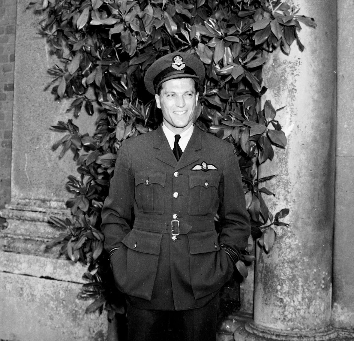 Le commandant d'aviation Keith Hodson, commandant du 401e Escadron « Ram », photographié le 26 juin 1942, quelques semaines avant sa participation à l'opération Jubilee. PHOTO : Archives du MDN, PL-7932