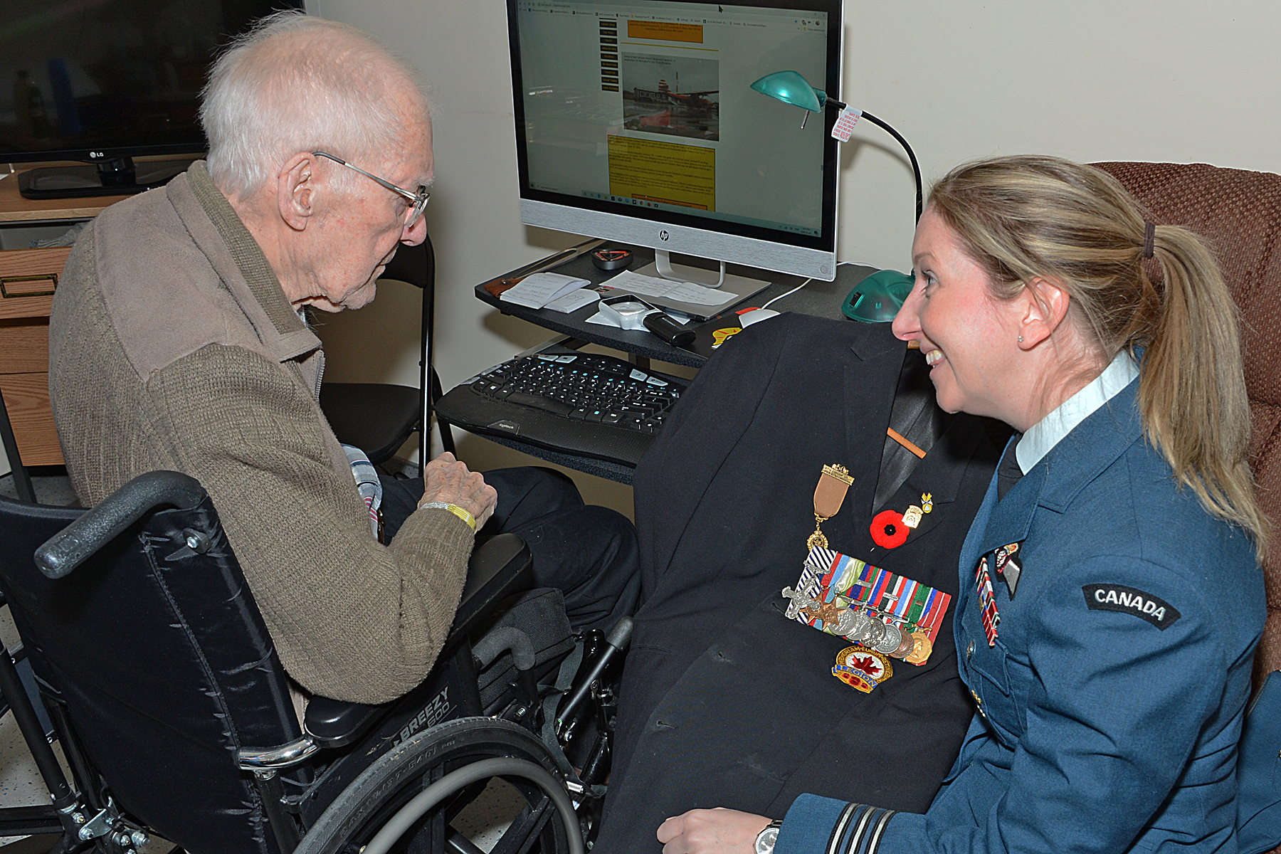 Flight Lieutenant (retired) Jim McRae, formerly of Royal Canadian Air Force No. 162 Squadron, shares a moment on January 7, 2020, with 404 (Long Range Patrol and Training) Squadron commanding officer Lieutenant-Colonel Angie Thomas. PHOTO: Master Corporal Kevin T. Scott